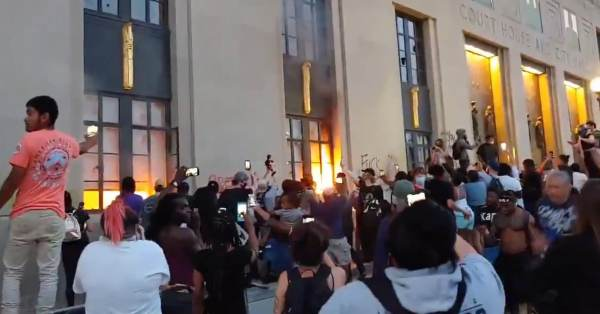 Nashville Mayor Urges People to Join Him at Black Lives Matter Protest — Then Leftist Mob Torches City Hall And the Nashville Courthouse (Video)