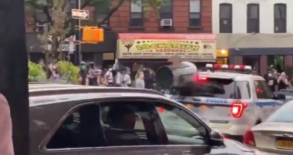 Violent BLM Rioters Surround NYPD Cruiser with Police Officers Inside, Shatter Windows with Trashcans and Bricks (VIDEO)