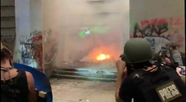Antifa Terrorists Try to Set Fire to Federal Courthouse in Portland (Videos)