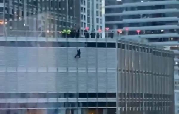 DEVELOPING: Man Dangling From Trump Tower Chicago Threatens to Cut His Rope Unless He Gets to Speak with President Trump (VIDEO)