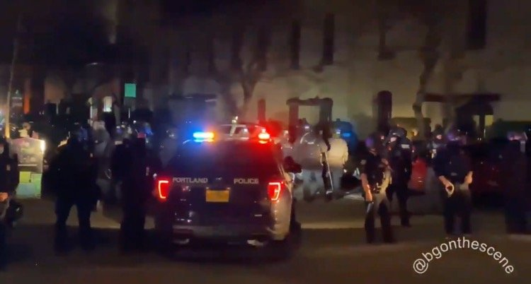 """Portland Police Kettle Large Crowd of Antifa Terrorists After Another Night of Rioting – Antifa Goons Stunned, """"We Are Boxed In"""" (VIDEO)"""
